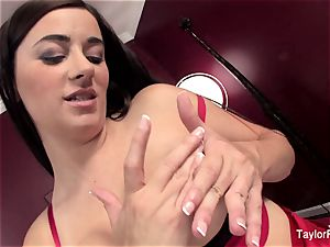 Taylor Vixen toying In couch