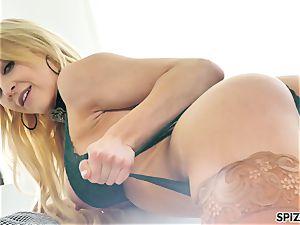 Spizoo - observe nubile Alix Lyn fellating a meaty dick