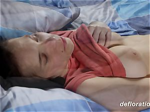 virgin Elza plays with slit