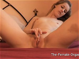 doll Finger massaging Her jewel to throbbing muff climax